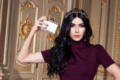La mujer atractiva hermosa en la colección de moda del otoño del vestido elegante de maquillaje moreno largo del pelo de la prima Foto de archivo libre de regalías
