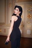 La mujer atractiva hermosa en la colección de moda del otoño del vestido elegante de maquillaje moreno largo del pelo de la prima Fotografía de archivo