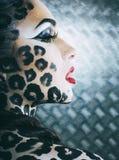 La mujer atractiva joven con el leopardo compone por todo el cuerpo, bodyart del gato fotos de archivo libres de regalías