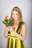 La mujer atractiva joven del verano con la margarita anaranjada florece Fotos de archivo