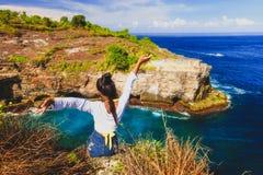 La mujer atractiva joven disfruta de la naturaleza tropical de la isla de la visión espectacular Fotos de archivo libres de regalías