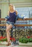 La mujer atractiva joven en tejanos pone en cortocircuito en la tienda Foto de archivo libre de regalías