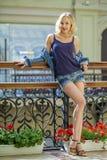 La mujer atractiva joven en tejanos pone en cortocircuito en la tienda Fotos de archivo libres de regalías