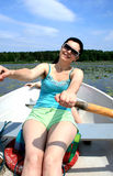 La mujer atractiva nada en barco Foto de archivo libre de regalías