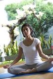 La mujer atractiva practica yoga Fotos de archivo libres de regalías