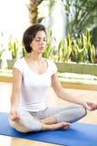 La mujer atractiva practica yoga Foto de archivo