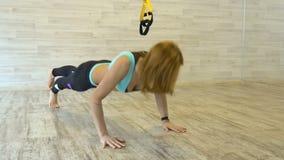 La mujer atractiva que hace estirar ejercita en el gimnasio almacen de metraje de vídeo