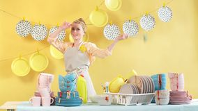 La mujer atractiva satisfecha con mirada amistosa limpia la cocina almacen de video