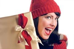 La mujer atractiva sostiene el regalo Fotografía de archivo