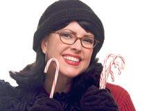 La mujer atractiva sostiene los bastones de caramelo Fotos de archivo libres de regalías