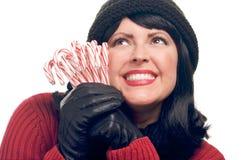 La mujer atractiva sostiene los bastones de caramelo Imagen de archivo
