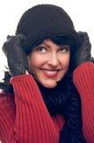La mujer atractiva sostiene su casquillo Imagenes de archivo