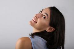 La mujer atractiva tiró de ella detrás que inclinaba su cabeza Foto de archivo