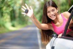 La mujer automotriz que muestra el nuevo coche cierra feliz Fotos de archivo libres de regalías