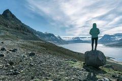 La mujer aventurera pasa por alto el fiordo de Alftafjordur, Westfjords, Islandia fotografía de archivo libre de regalías