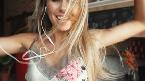 La mujer baila con el teléfono almacen de video