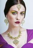 La mujer bastante caucásica de los jóvenes le gusta el indio en étnico Foto de archivo libre de regalías