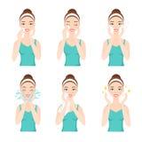 La mujer bastante joven atractiva se vistió en camiseta casual quita maquillaje, limpio, lavado para arriba y cuida su cara con l libre illustration