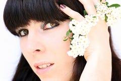 La mujer bastante joven con las flores imagen de archivo