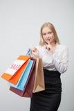 La mujer bastante joven es el hacer compras que va secretamente Fotos de archivo libres de regalías
