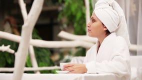 La mujer bebe el café de la mañana después de escena a cámara lenta de la ducha almacen de video