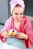 La mujer bebe té Foto de archivo libre de regalías