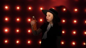 La mujer bebe una bebida de restauración Hembra joven que bebe una bebida de la botella metrajes