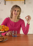 La mujer bebe una medicina Fotos de archivo