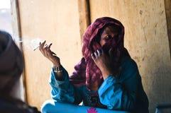 La mujer beduina fuma un cigarrillo Foto de archivo