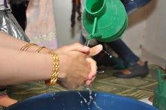 La mujer beduina lava las manos Imagenes de archivo