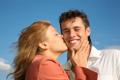 La mujer besa al hombre Foto de archivo libre de regalías
