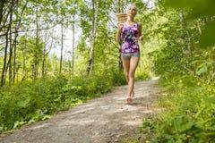 La mujer bien entrenada corre solamente en el bosque Imágenes de archivo libres de regalías