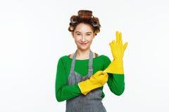 La mujer blanca joven lleva los guantes y los smoles de goma del yeallow Fotos de archivo libres de regalías