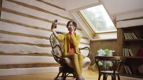 La mujer bonita adulta en vidrios toma el selfshot en ático almacen de metraje de vídeo