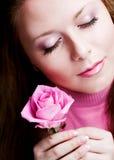La mujer bonita con color de rosa se levantó fotografía de archivo