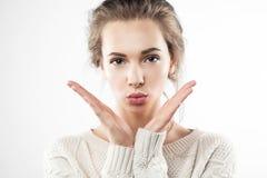 La mujer bonita da un beso Imagen de archivo libre de regalías