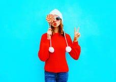 La mujer bonita del retrato con la piruleta en rojo hizo punto el suéter Imágenes de archivo libres de regalías