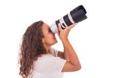 La mujer bonita es fotógrafo profesional con la lente de cámara imagenes de archivo