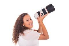 La mujer bonita es fotógrafo profesional con la lente de cámara fotos de archivo libres de regalías