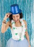 La mujer bonita está llevando a cabo las manos en sombrero de copa y gargahando azules BR Imagen de archivo