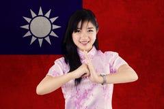 La mujer bonita felicita Año Nuevo chino Imagen de archivo
