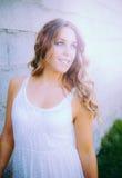 La mujer bonita fresca se encendió con una sonrisa hermosa Imagen de archivo libre de regalías