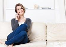 La mujer bonita habla en el teléfono imágenes de archivo libres de regalías
