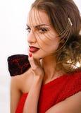 La mujer bonita joven con la cadena y hace como papel gussar  Fotografía de archivo