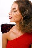 La mujer bonita joven con la cadena y hace como papel gussar aislada Fotos de archivo libres de regalías