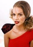 La mujer bonita joven con maquillaje del estilo de la moda, cadena como papel gussar aislada en el fondo blanco, los clavos rojos Foto de archivo libre de regalías