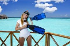La mujer bonita joven en el equipo para bucear en el sundeck sobre el mar maldives Foto de archivo libre de regalías