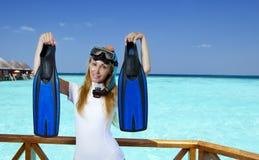 La mujer bonita joven en el equipo para bucear en el sundeck sobre el mar maldives Fotos de archivo