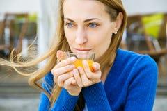 La mujer bonita joven goza de la taza de té Imágenes de archivo libres de regalías