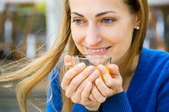 La mujer bonita joven goza de la taza de té Fotos de archivo